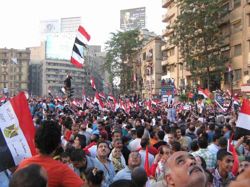 Tahrir plena de gom a gom, la gent mirant el pas del helicòpters al cel