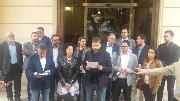 Foto lectura manifest a la porta Diputació Alacant